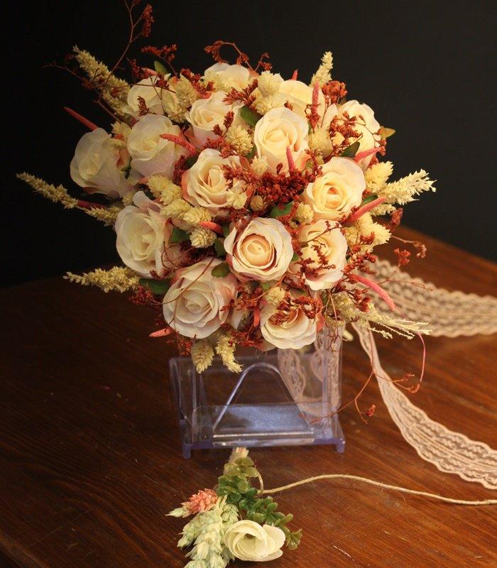 Krem Tomurcuk Gül Gelin Çiçeği